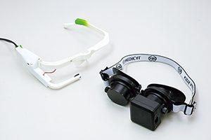 「ジャイロ・フレンツェル眼鏡」(右)と「視線解析システム」(左)