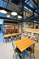 ミーティングスペースの横にはカフェカウンターも設置
