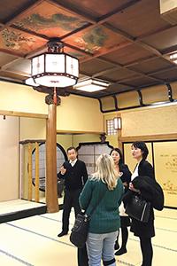 老舗料亭の建物見学や食事、座禅・和菓子作り体験ができるツアーを企画