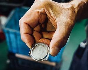 株式会社アベキン グローバルに展開する某人気腕時計ブランドの裏蓋を、国内で唯一生産している