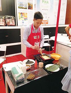 株式会社ネクスティ 「FHM Malaysia 2015(マレーシア見本市)」。現地販売店パートナーのスタッフに卵焼きの作り方を教え、試食販売を実施