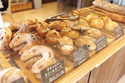 パンとおやつ 奥阿賀コンビリー 店内には約15種類のパンをはじめ、鬼ぐるみと阿賀野市の発酵バターを使ったパウンドケーキやサブレなどの焼菓子が並ぶ。