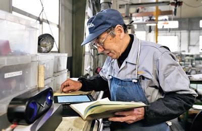 汎用旋盤加工を担当する小野塚さん