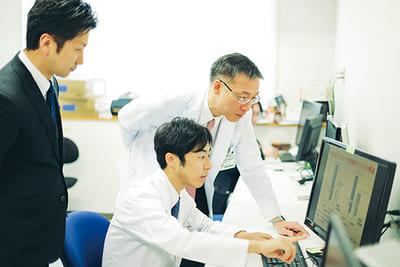 新潟大学医学部内科の曽根教授が取締役CMOを務めるほか、多くの新潟大学教員が参画